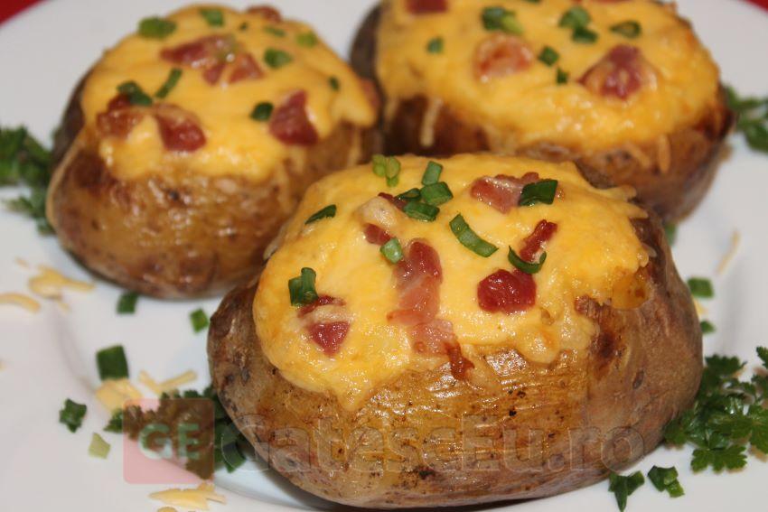 Cartofi umpluti cu bacon la cuptor