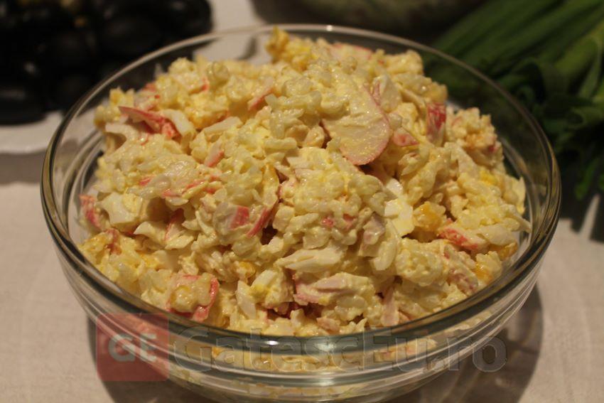 Salata cu batoane de crabi surimi