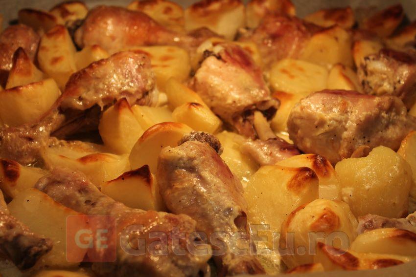 Pulpe de pui cu cartofi si maioneza la rola