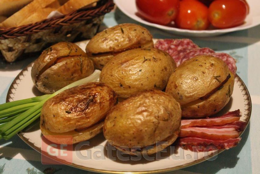 Cartofi cu felii de bacon la cuptor