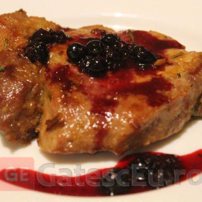 Cotlet de porc cu sos de coacaza neagra