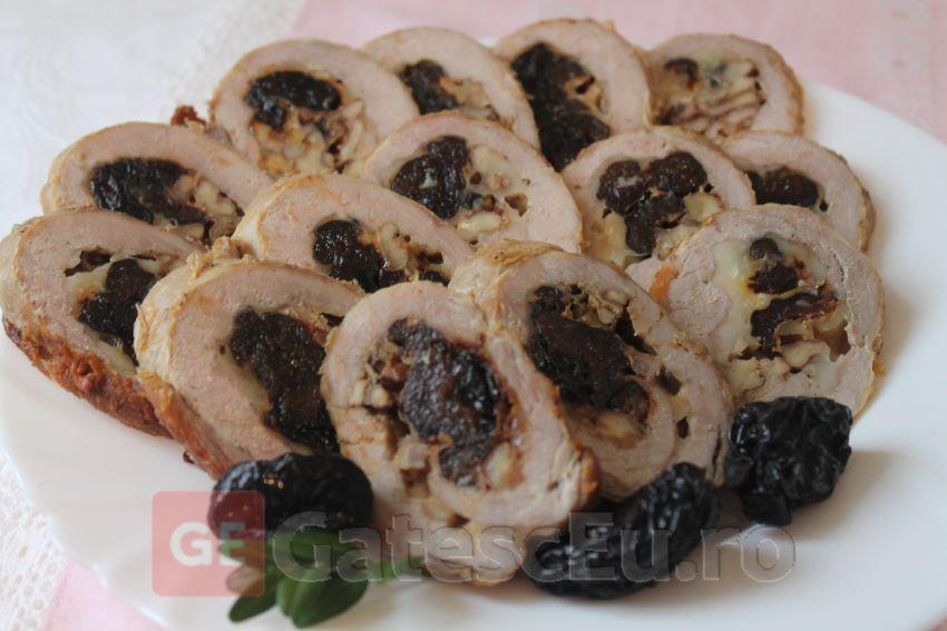 Rulada din carne de porc cu nuci si prune uscate