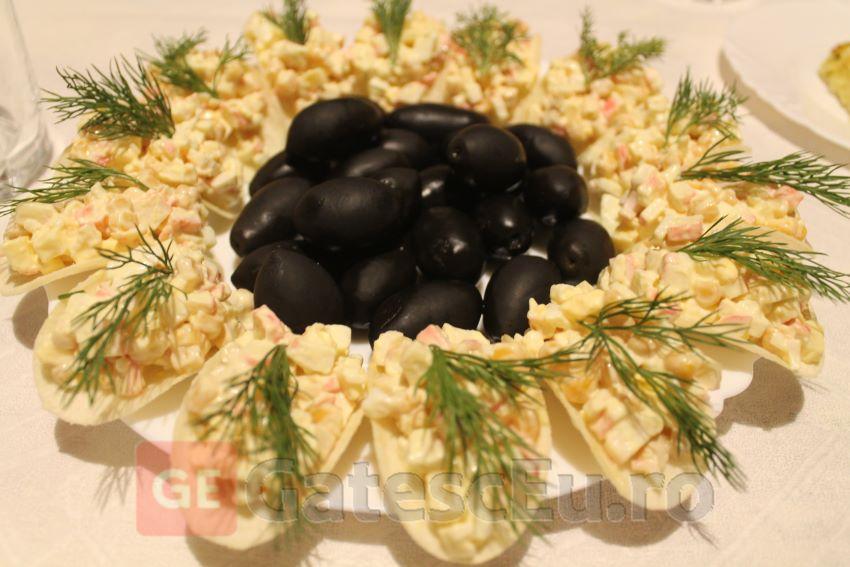 Chipsuri cu salata din batoane de crabi surimi si cascaval
