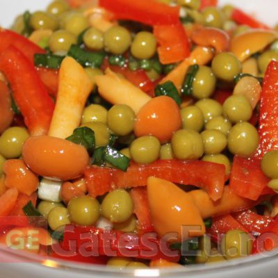 Salata din mazare, ciuperci si ardei dulce