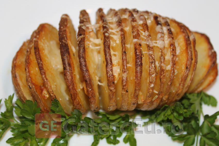 Cartofi cu usturoi si parmezan la cuptor