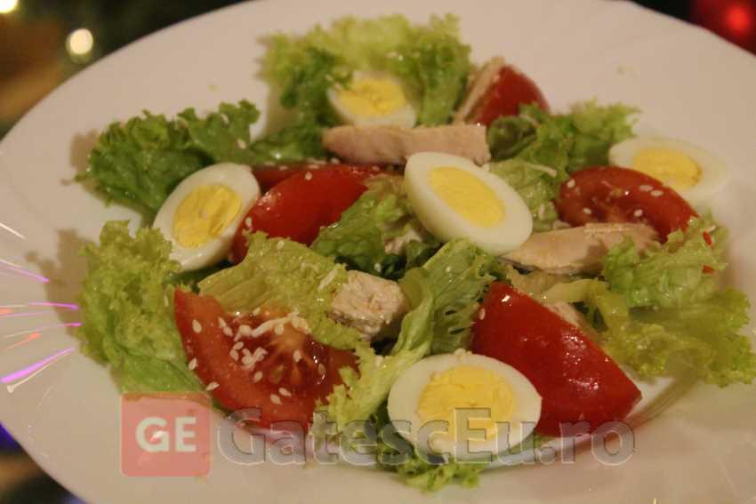 Salata creata cu oua de prepelita, rosii si piept de pui