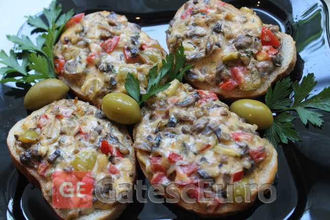 Pizza pe paine cu ciuperci si masline verzi