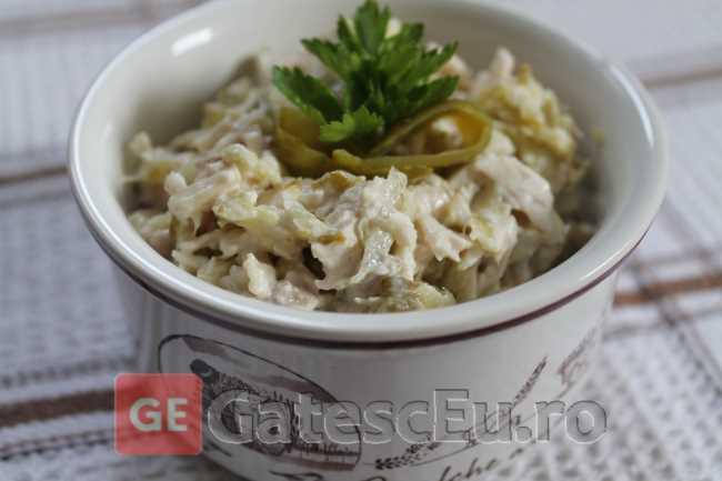 Salata din piept de pui si castraveti murati